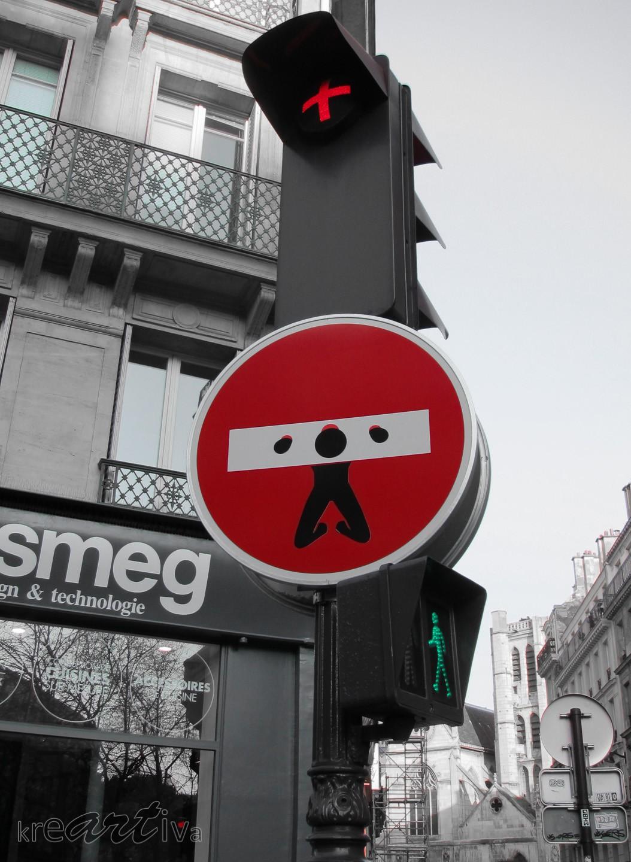 prisonnier d'une plaque de rue (by Clet Abraham). Paris Frankreich 2013.